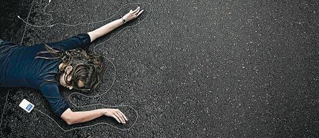 En Australia, una campaña advierte sobre el riesgo de usar el iPod en la calle.